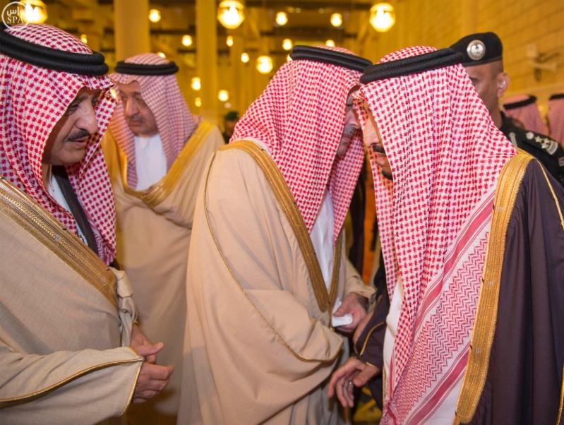 خادم الحرمين الشريفين يؤدي صلاة الميت على سمو الأمير بندر بن فيصل بن عبدالعزيز رحمه الله 7