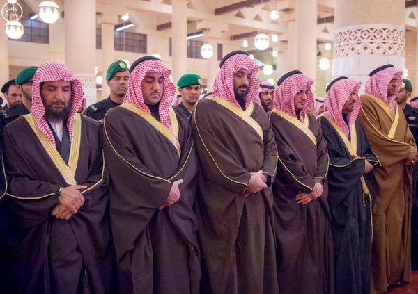خادم الحرمين الشريفين يؤدي صلاة الميت على صاحب السمو الأمير سعود بن محمد بن عبدالعزيز1