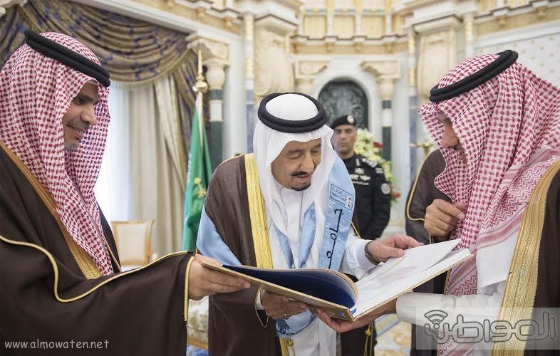 خادم الحرمين الشريفين يتسلم شهادة الدكتوراة الفخرية3