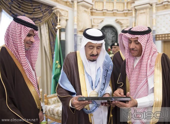 خادم الحرمين الشريفين يتسلم شهادة الدكتوراة الفخرية4