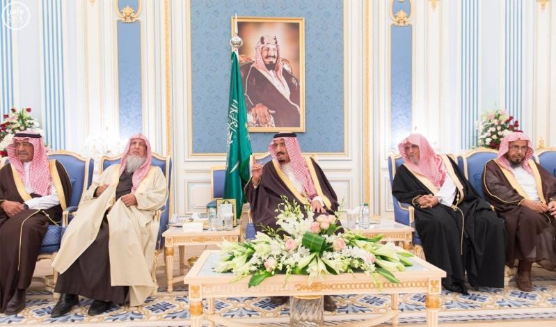 خادم الحرمين الشريفين يستقبل أصحاب السمو الأمراء وسماحة مفتي عام المملكة وجموعاً من المواطنين