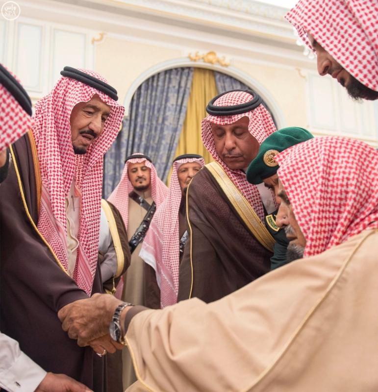 خادم الحرمين الشريفين يستقبل أصحاب السمو الأمراء وسماحة مفتي عام المملكة وجموعاً من المواطنين1