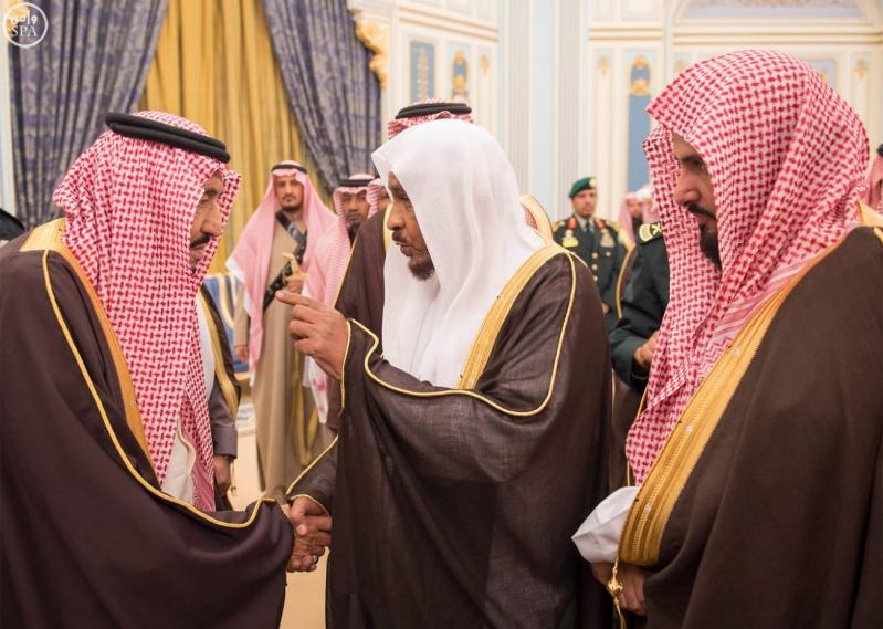 خادم الحرمين الشريفين يستقبل أصحاب السمو الأمراء وسماحة مفتي عام المملكة وجموعاً من المواطنين3