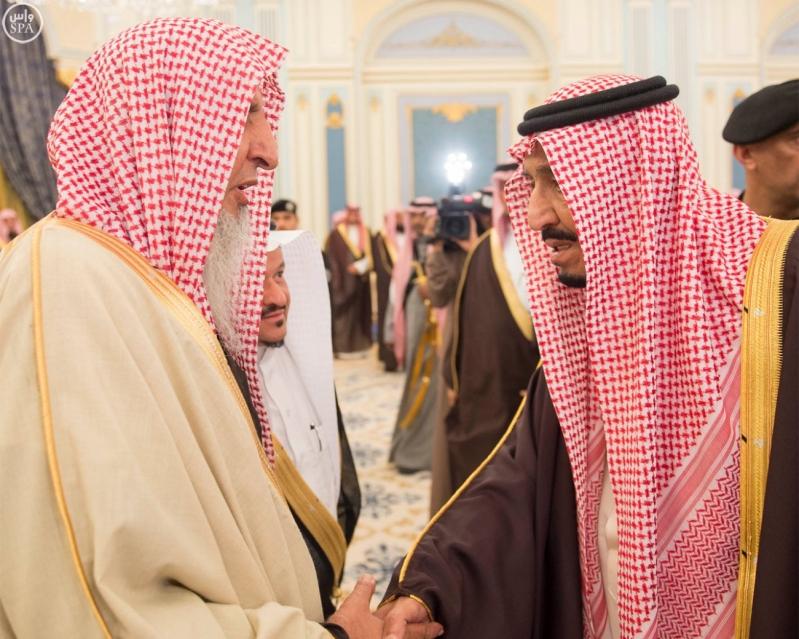 خادم الحرمين الشريفين يستقبل أصحاب السمو الأمراء وسماحة مفتي عام المملكة وجموعاً من المواطنين9