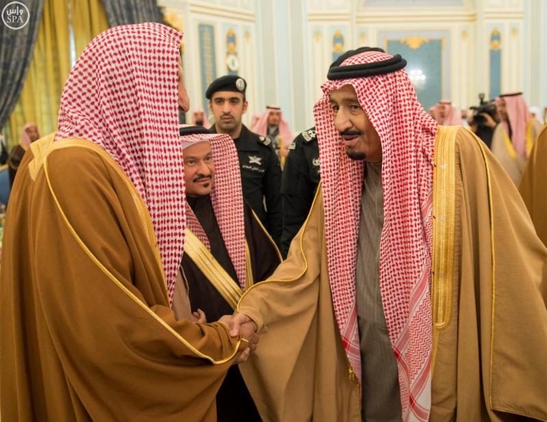 خادم الحرمين الشريفين يستقبل الأمراء والمفتي والعلماء وجموعاً من المواطنين.