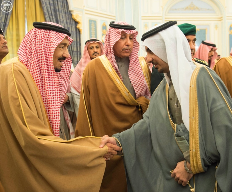 خادم الحرمين الشريفين يستقبل الأمراء والمفتي والعلماء وجموعاً من المواطنين.4