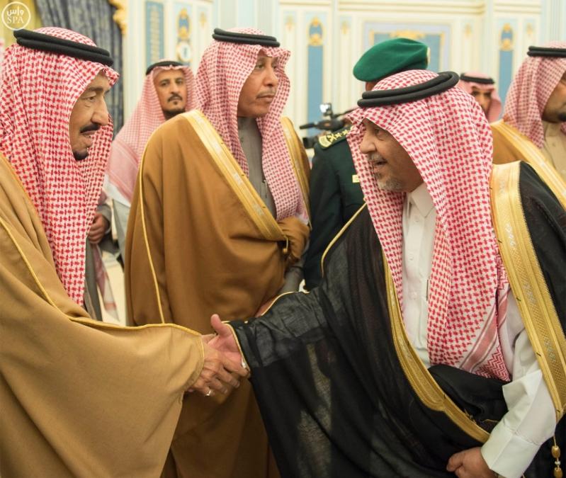 خادم الحرمين الشريفين يستقبل الأمراء والمفتي والعلماء وجموعاً من المواطنين.5