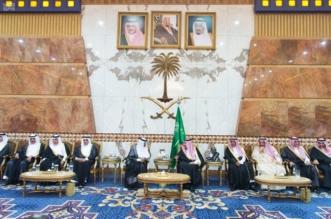 #عاجل .. صور استقبال الملك للمعزين بوفاة الأمير تركي بقصره في عرقة - المواطن
