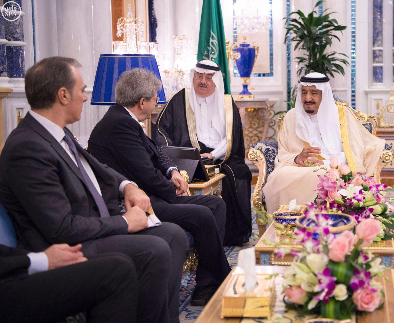 خادم الحرمين الشريفين يستقبل وزير الخارجية والتعاون الدولي بجمهورية إيطاليا (3)