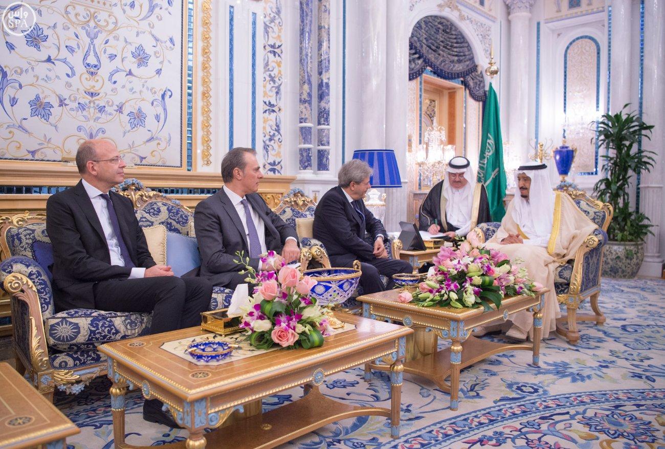 خادم الحرمين الشريفين يستقبل وزير الخارجية والتعاون الدولي بجمهورية إيطاليا (4)