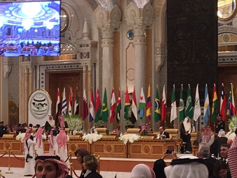 خادم الحرمين الشريفين يفتتح أعمال القمة الرابعة للدول العربية ودول أمريكا الجنوبية بالرياض