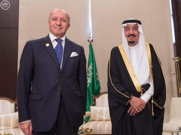 خادم الحرمين الشريفين يلتقي وزير الخارجية الفرنسي على هامش قمة قادة دول مجموعة العشرين .