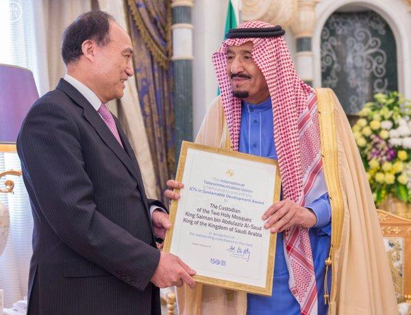 خادم الحرمين يتسلم جائزة تكنولوجيا المعلومات والاتصالات في التنمية المستدامة من الاتحاد الدولي للاتصالات.2
