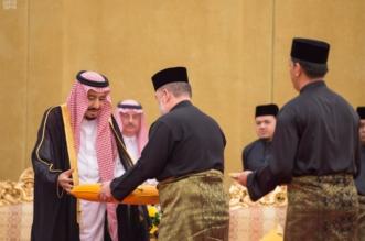 خادم الحرمين يتقلد أرفع وسام من ملك ماليزيا