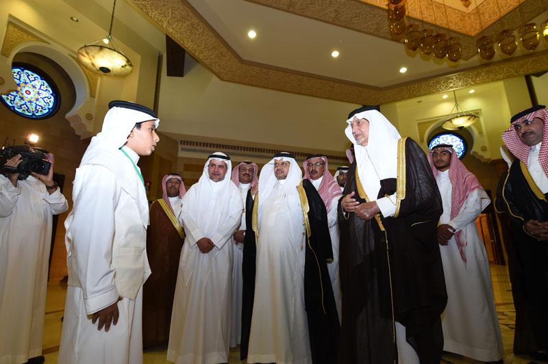 خالد الفيصل يوقع على عريضة لدعم المرابطين بالحد الجنوبي (1)