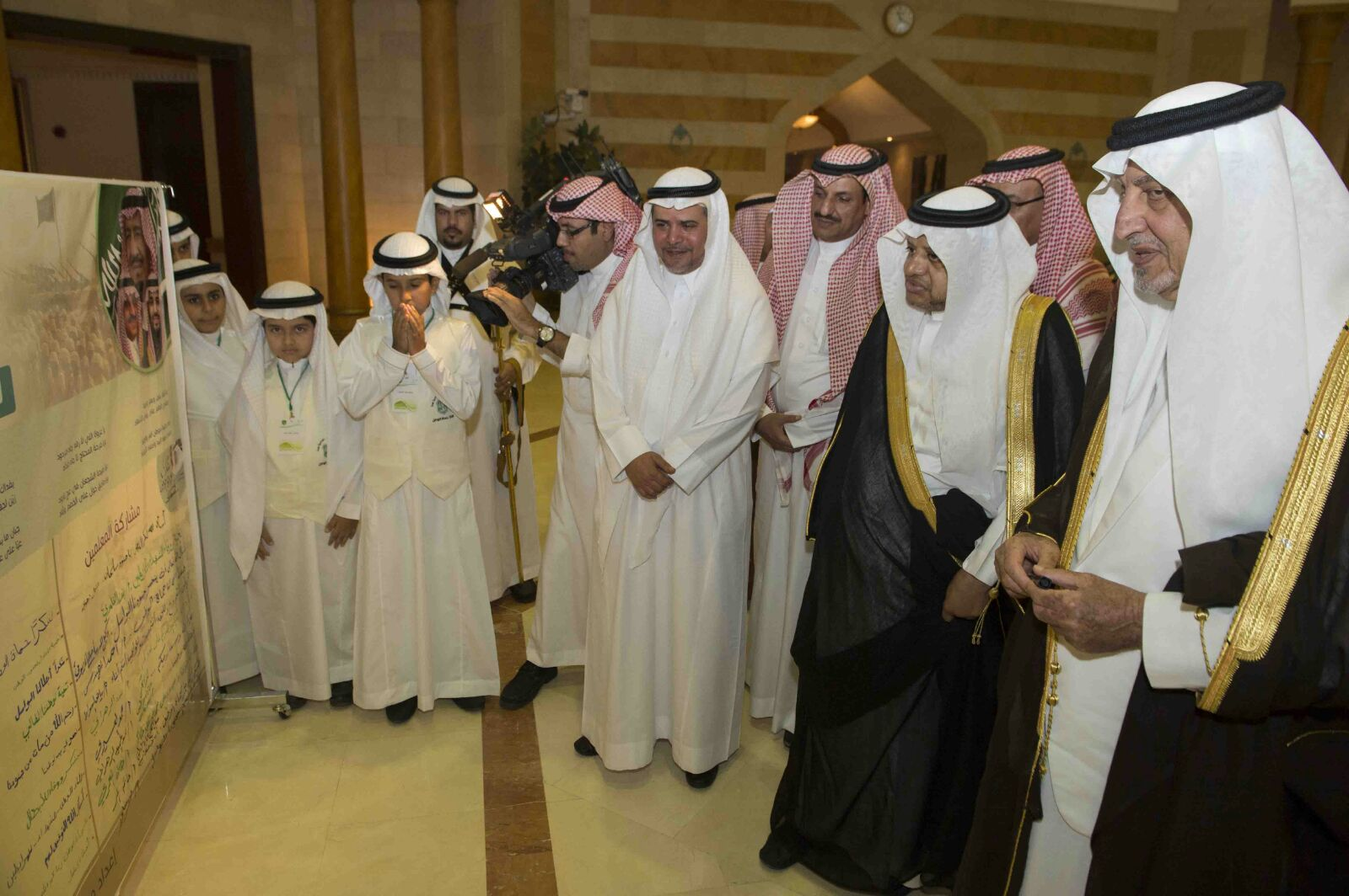 خالد الفيصل يوقع على عريضة لدعم المرابطين بالحد الجنوبي (3)