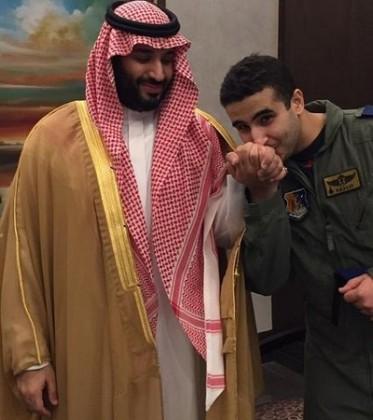 خالد-بن-سلمان-يقبل-يد-شقيقه