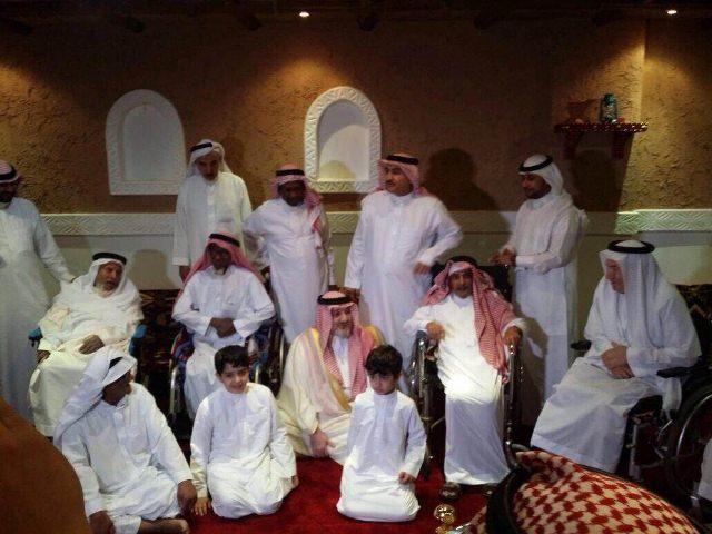 خالد-بن-طلال-يعايد-نزلاء-الشؤون (2)