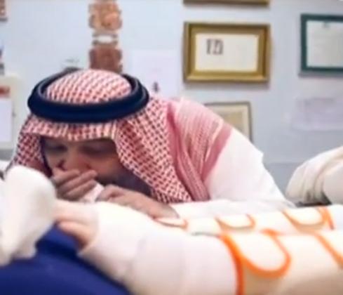 خالد بن طلال يقبل قدم ابنه المريض