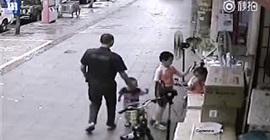 شاهد.. لقطات صادمة لرجل يحاول خطف طفل يلعب في الشارع - المواطن