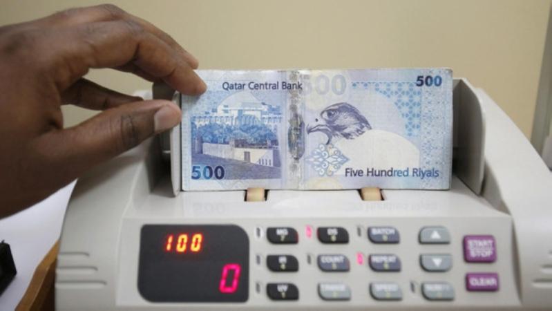 الريال القطري يواجه شبح فك الارتباط مع الدولار بعد تراجعه لأدنى مستوياته