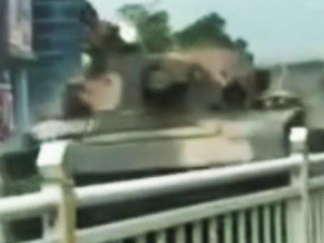 دبابة تخرج عن السيطرة وتدمر السيارات في الصين