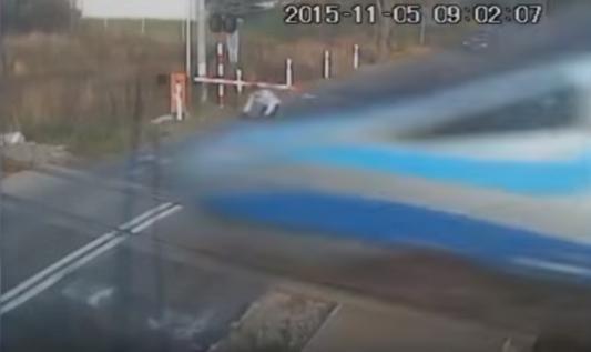 دراج بولندي ينجو من الموت بعد ان إصطدم بقطار سريع