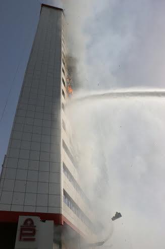 دني مكة يُسيطر على حريق بمبنى من 20 طابقاً (1) 
