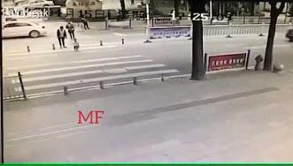 شاهد.. دهس طفل أمام أعين أمه - المواطن