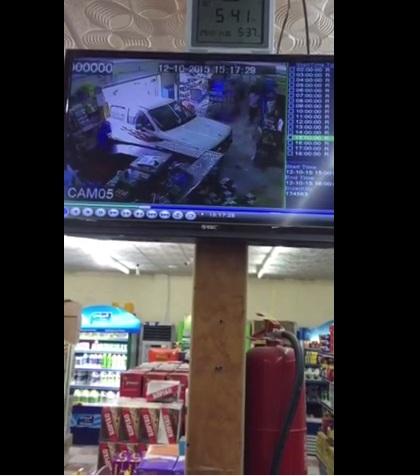 بالفيديو.. سيارة تدهس طفلاً داخل سوبر ماركت - المواطن