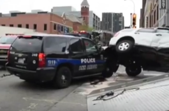 شاهد.. دورية شرطة تقطع الاشارة الحمراء وتصدم سيارة - المواطن