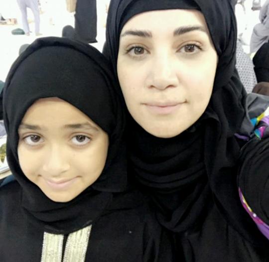 شاهد.. سيلفي ديانا حداد  مع ابنتها في الحرم