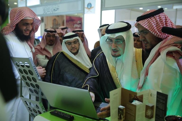 د.مفرج الحقباني متجولاً في المعرض المصاحب