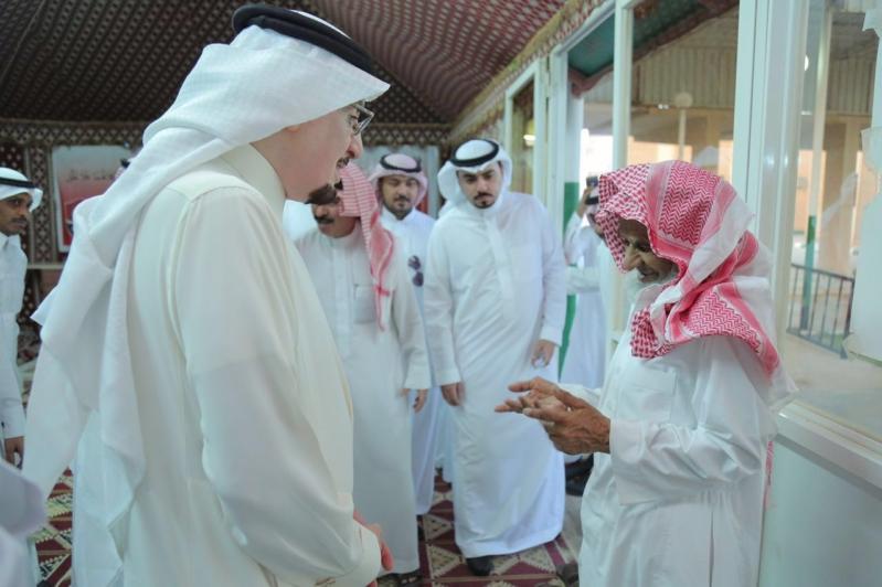 د.مفرج الحقباني يتحدث إلى احد المسنين في دار رعاية المسنين بعنيزة