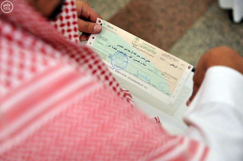 ذوو الاحتياجات الخاصة بمنطقة الباحة يتسلّمون الشيكات المُخصصة لهم (واس) 29-12-1436 هـ 3
