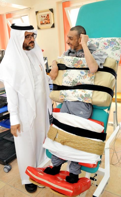 ذوو الاحتياجات الخاصة بمنطقة الباحة يتسلّمون الشيكات المُخصصة لهم (واس) 29-12-1436 هـ 7