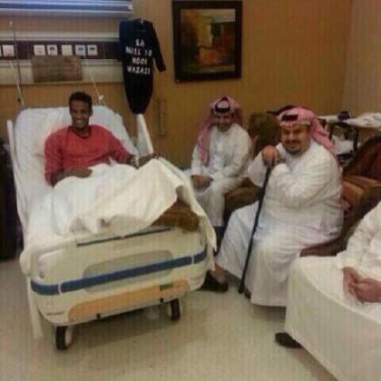 رئيس الهلال بابتسامة عريضة يطمئن على صحة هزازي