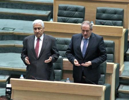 رئيس الوزراء ووزير الخارجية خلال قراءة الفاتحة على روح الشهيد في مجلس النواب