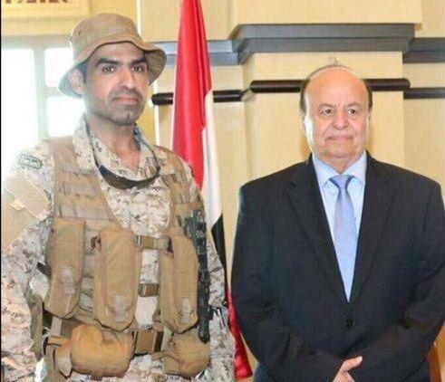 رئيس-اليمن-يكرم-الهشيد-السهيان-قبل-استشهاده (2)