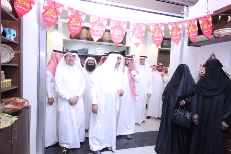 رئيس بلدية الخبر  سوق النساء نافذة تسويقية لمنتجات الأسر (1) 