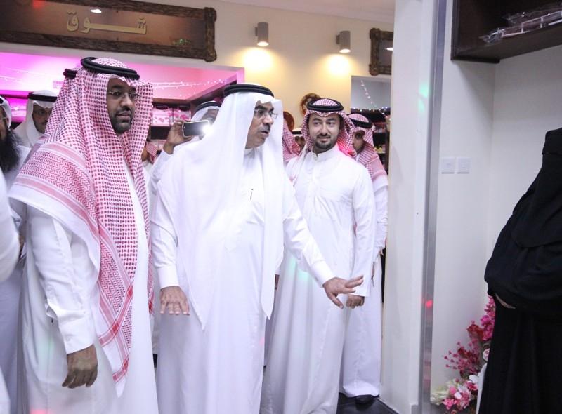 رئيس بلدية الخبر  سوق النساء نافذة تسويقية لمنتجات الأسر (244340574) 