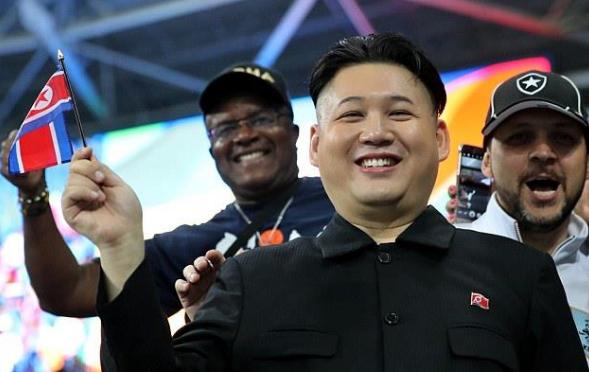 """رئيس كوريا الشمالية """"المُزيف"""" يثير الجدل بين مشجعي أولمبياد ريو 2"""