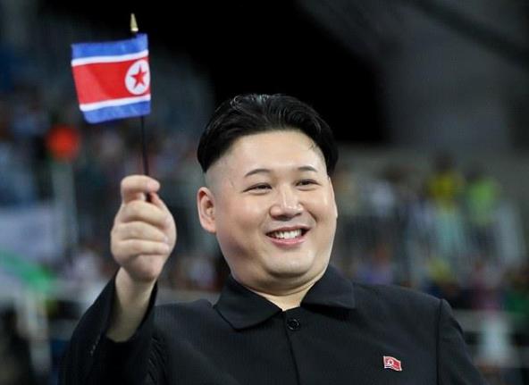 """رئيس كوريا الشمالية """"المُزيف"""" يثير الجدل بين مشجعي أولمبياد ريو 3"""