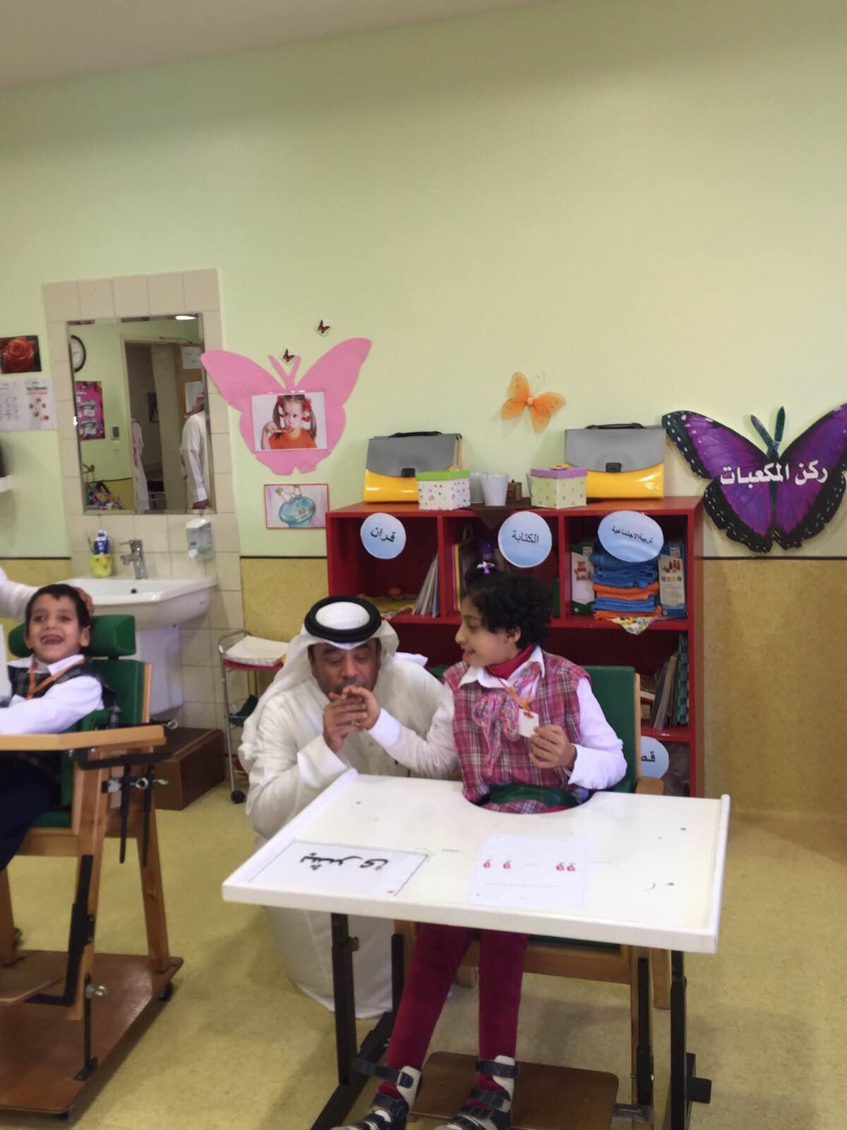 راشد-الشمراني-يزور-اطفال0عسيرالمعاقين (2)