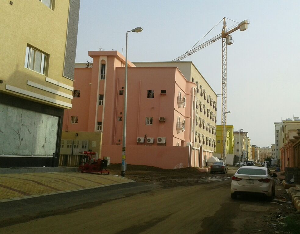 رافعة عملاقة تهدد سكان حي المطار بجازان