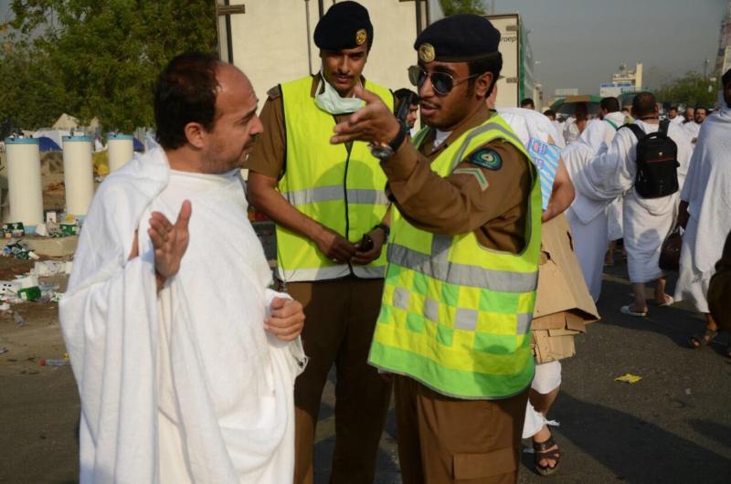 رجال الأمن دليل لإرشاد الحجاج التائهين (1)