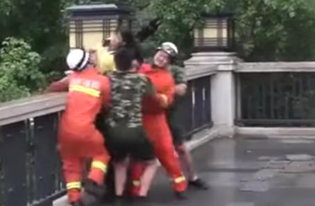 رجال الاطفاء ينقذون بنت من الانتحار