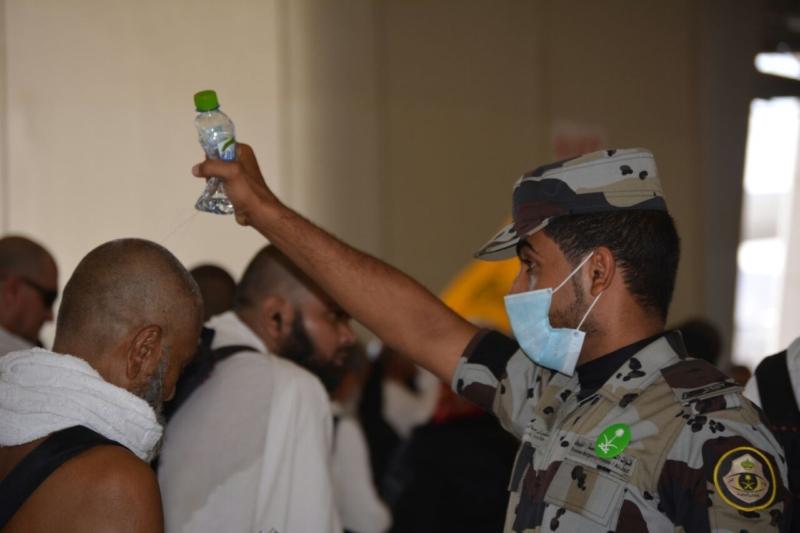 رجال الامن يحافظون على سلامة الحجيج (732395563) 