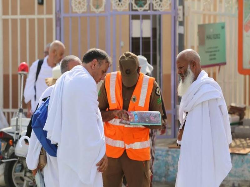 رجال الامن يساعدون حجاج بيت الله  (212992806) 