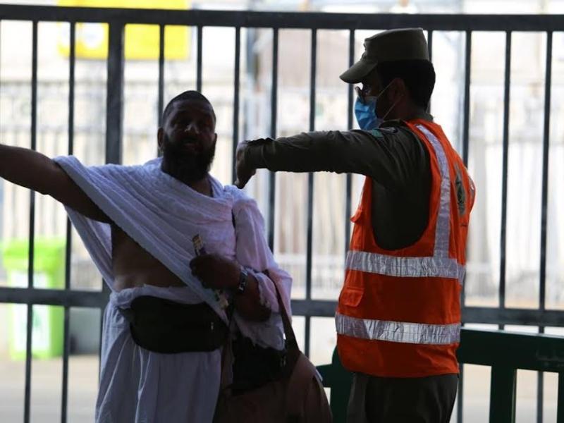 رجال الامن يساعدون حجاج بيت الله  (212992807) 